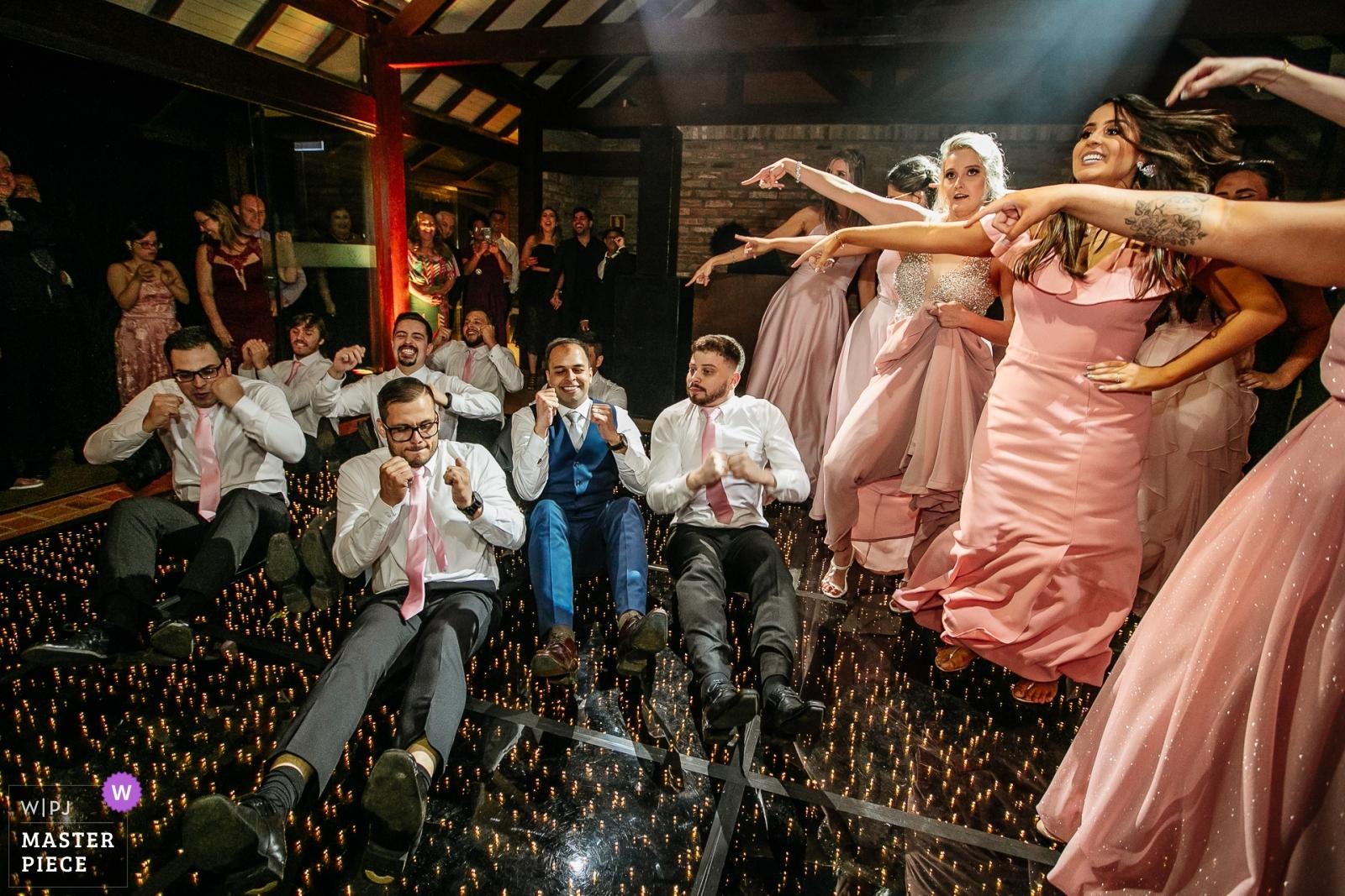Padrinhos dançando no chão - Porto Alegre, Rio Grande do Sul Wedding Photography -  | alto da capela - porto alegre - brasil
