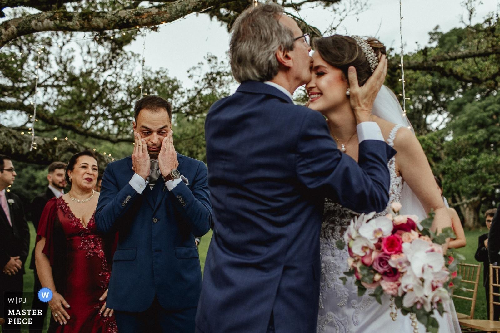 Noivo emocionado ao ver o pai da noiva beijando ela - Porto Alegre, Rio Grande do Sul Wedding Photography -  | alto da capela - porto alegre - brasil