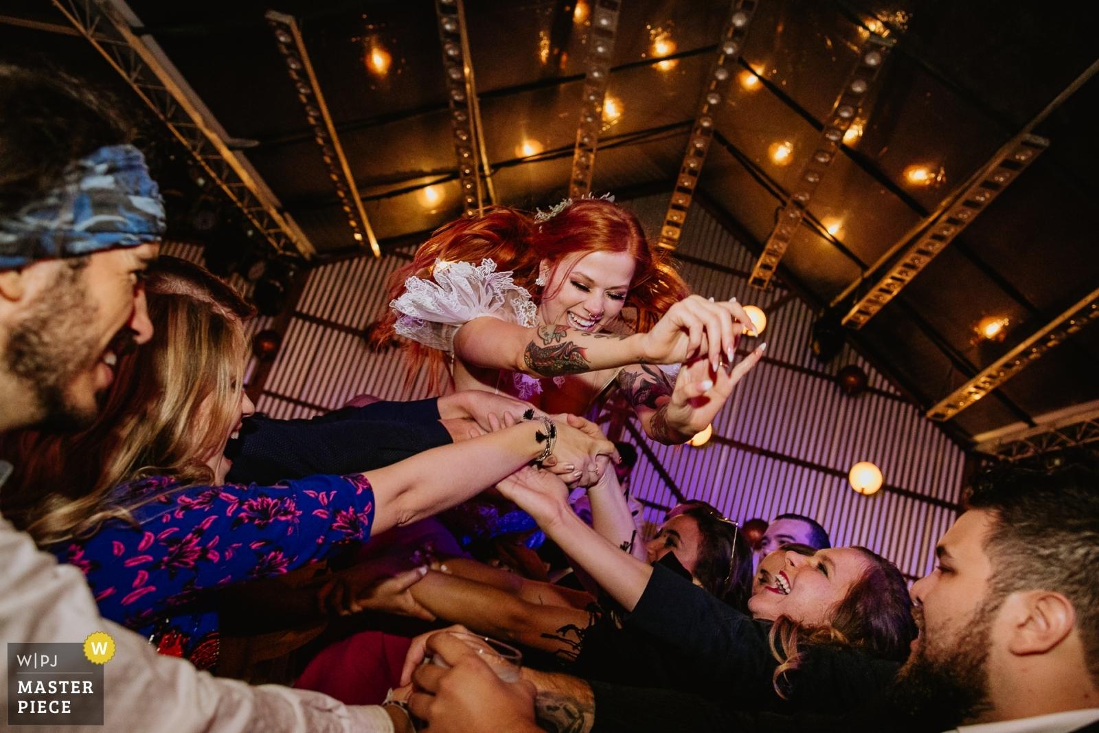 Noiva se jogando - Porto Alegre, Rio Grande do Sul Wedding Photography -  | Vinícola Laurentia - Barra do Ribeiro - Brasil
