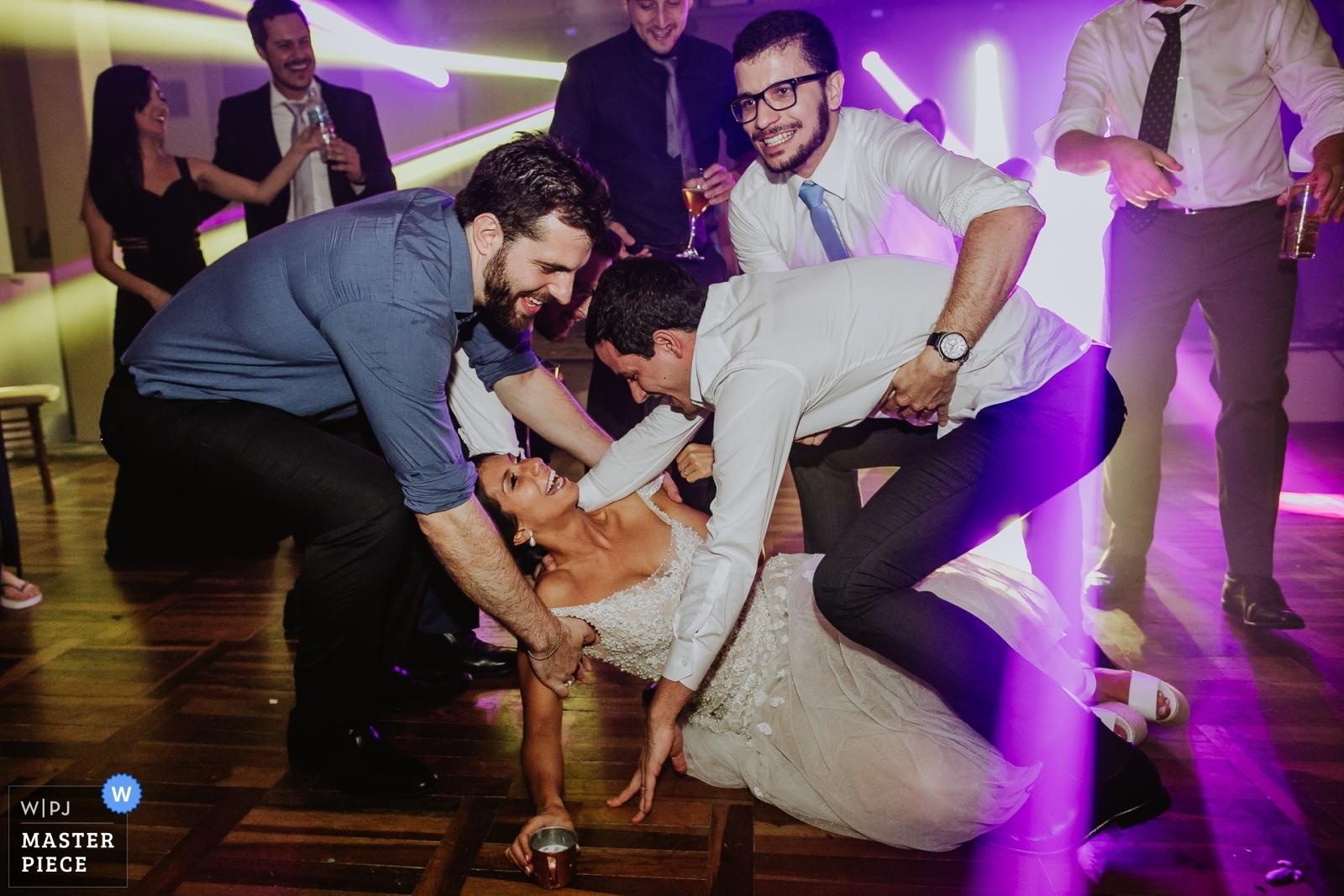 Noiva caida e convidados e noivo ajudando - Porto Alegre, Rio Grande do Sul Wedding Photography -  | Casa da Figueira - Porto Alegre - Rio Grande do Sul - Brasil