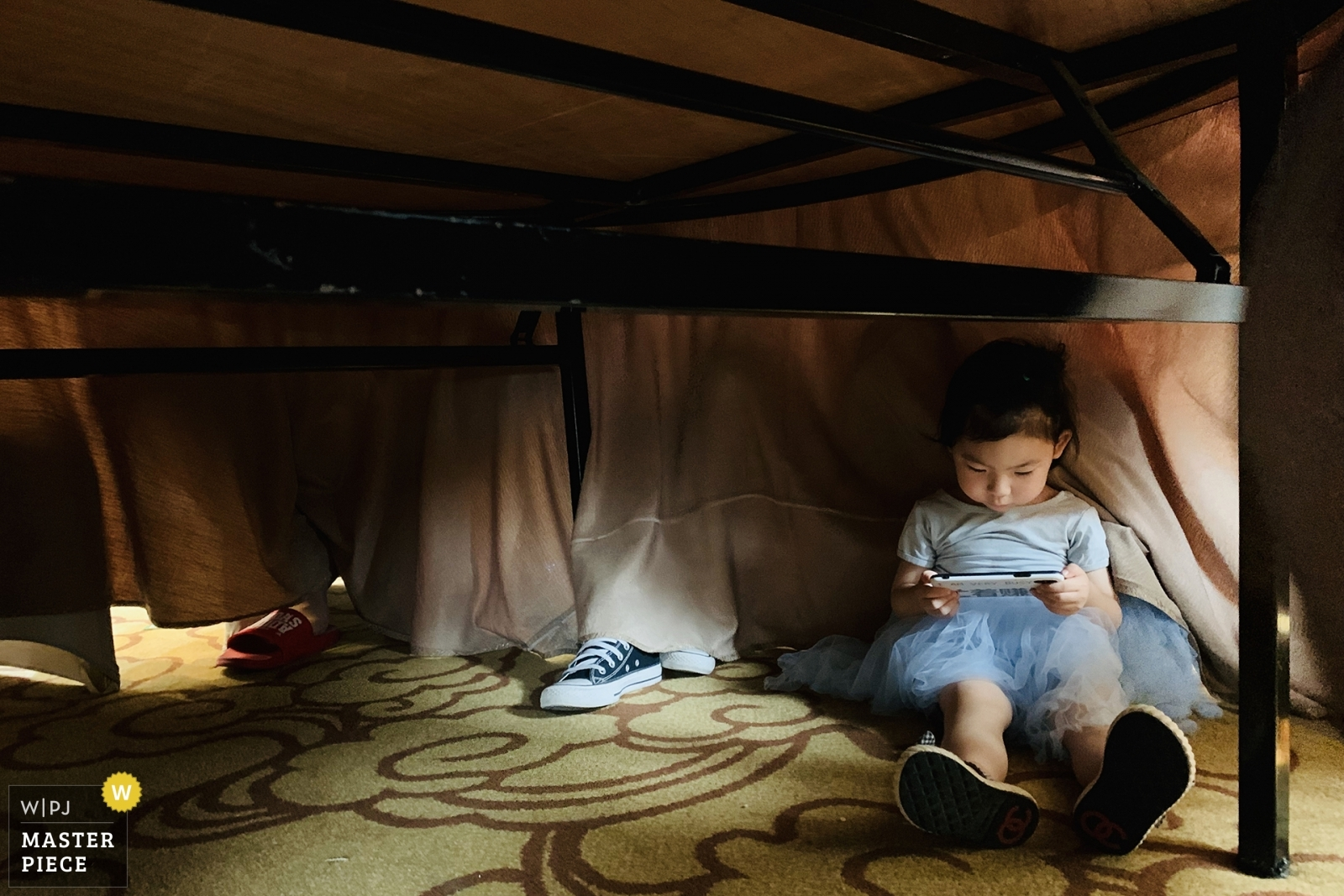 Children hide under the dining table and play with their mobile phones - Sanming, Fujian Wedding Photography -  | Hotel room